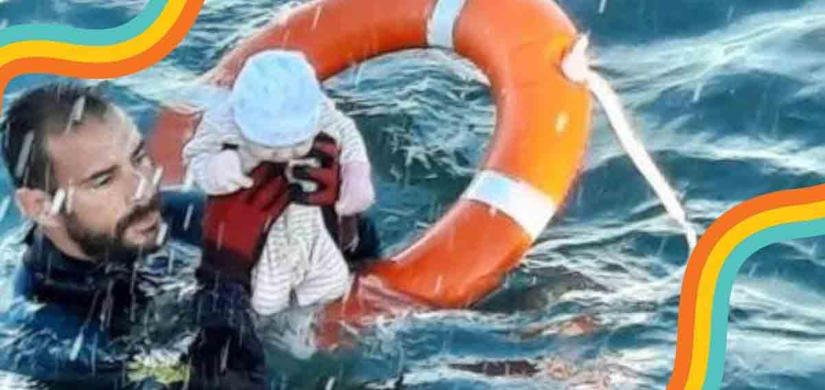 Crisi migranti, la foto simbolo del neonato salvato in mare