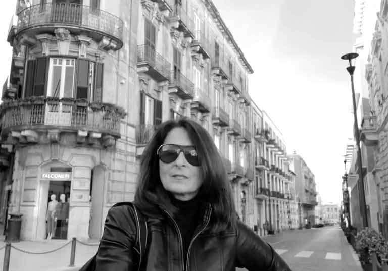 Io in un corso Matteotti deserto (strada dello shopping di Ortigia)